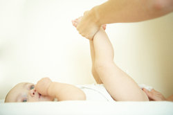 So einfach ist es, Windeln zu wechseln - auch beim Babysitten als Anfänger.