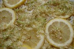 Bereiten Sie aus Holunderblüten und Zitronen einen leckeren Sirup zu.