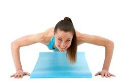 Viele Brustmuskelübungen können Muskelkater verursachen.