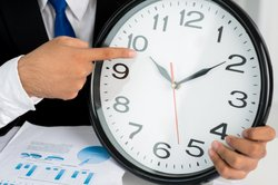 Mathematisch positiv ist gegen den Uhrzeigersinn.