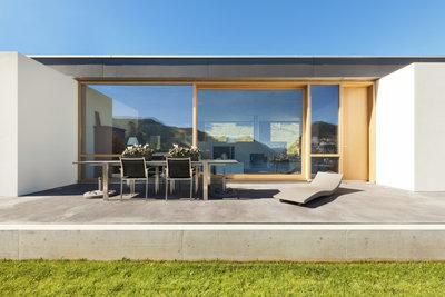 Saubere Betonplatten wirken gepflegt und einladend.