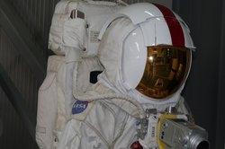 Der Schutzanzug ist für Astronauten lebenswichtig.