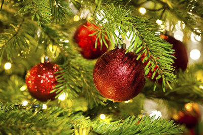 Glitzernde Christbaumkugeln können Sie leicht selber basteln.