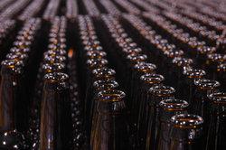 Gesäuberte Bierflaschen vor dem Befüllen
