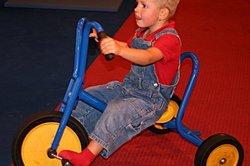 Dreirad fahren erfreut alle Kleinkinder.