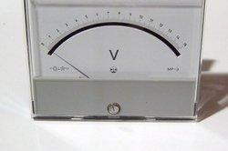 Mit einem Messgerät die Lichtmaschine prüfen.