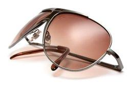 Eine selbsttönende Brille kann die Sonnenbrille ersetzen.