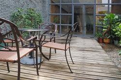 Eine Holzterrasse ist gemütlicher und wirkt rustikal,