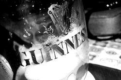 Schäumendes Guinness aus der Dose aufgrund eines Tricks