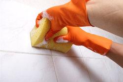 Wer Ultrament statt Fliesen verwendet, renoviert sein Badezimmer günstiger.