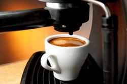 Kaffeemaschinen sollten regemäßig vom Kalk befreit werden.