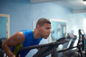 Ein Sport- und Fitnesskaufmann arbeitet oftmals in einem Fitnessstudio.