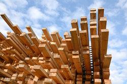Holz wird in Sägewerken zu Brettern oder Kanthölzern verarbeitet.