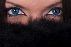 Blaue Augen durch braune Kontaktlinsen ersetzen
