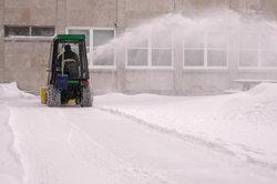 Ein Rasentraktor kann auch im Winter ein praktisches Arbeitsgerät sein.