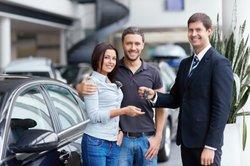 Viele Autohändler bieten einen Rabatt, wenn Sie beim Autokauf bar bezahlen.