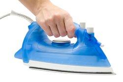 Entkalkt und mit dem richtigen Wasser funktioniert Ihr Bügeleisen bestens.