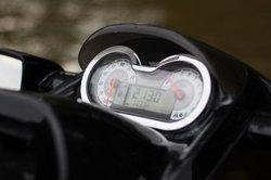An einer Harley Davidson Sportster 1200 ist ein Retro-Speedometer angebaut.