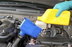 Das Nachfüllen von Motoröl ist von Zeit zu Zeit notwendig.