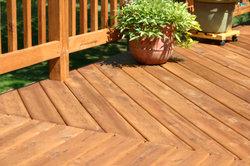Hochwertige Holzdielen (Haltbarkeit 20 Jahre) lohnen sich für den Außenbereich.