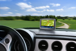Navigationssysteme erleichtern die Suche bei der Autofahrt.