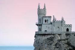 In Stronghold geht es um das Bauen, Verteidigen und auch Einreißen von Burgen.