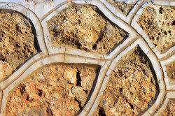 Beton lässt sich in Formen gießen.