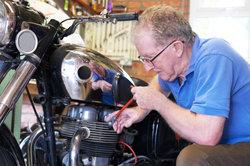 Beim Motorrad-Umbau zum Streetfighter müssen Sie sich an die Vorgaben vom TÜV halten.