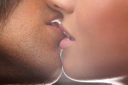 Der erste Kuss erfordert oft viel Mut.