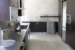 Die Edelstahlfront eines Geschirrspülers sollte man vorsichtig reinigen.
