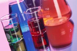 Säuren und Laugen sind unentbehrlich in jedem Labor.