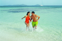UV-durchlässige Badebekleidung ermöglicht eine nahtlose Bräune.