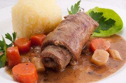 Klassische Speise: Roulade mit Gemüse und Klößen