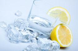 Calcium ist im Mineralwasser enthalten.