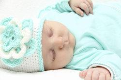 Mützen gehören auch im Sommer zu den wichtigsten Dingen für ein Baby.