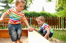 Kinder im eigenen Sandkasten