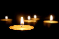 Vorsicht bei Kerzen - damit der Boden wachsfrei bleibt.
