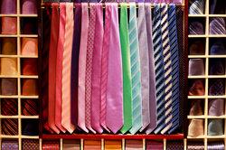 Die Krawattenspange verhindert das Baumeln.