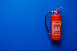 Feuerlöscher müssen regelmäßig überprüft werden.