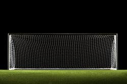 Ein Fußballtor ist genau 2,44 m hoch.