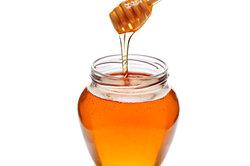 Honig ist für Medovnik unverzichtbar.