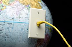 Google, Yahoo und Bing sind Suchmaschinen für das Internet.