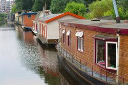 Auch wer auf einem Hausboot lebt, hat Nachbarn.