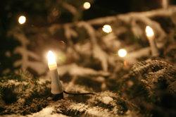 Ohne Kabel sehen Weihnachtskerzen natürlicher aus.