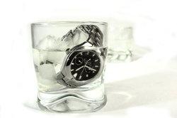 Die Uhr ist nur mit verschraubter Krone wasserdicht.