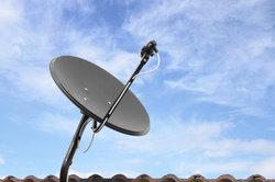Der Receiver muss mit einer Satellitenantenne verbunden werden.