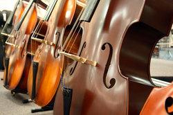 Ein Kontrabass ähnelt einer Geige im Aufbau sehr.