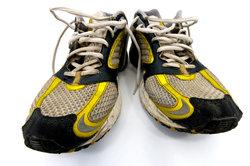 Alte Schuhe sollten ordnungsgemäß entsorgt werden.