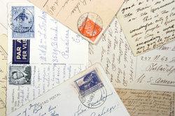 Briefe und Postkarten werden im Briefzentrum sortiert.