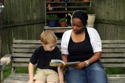 Ein Kinderpfleger erhält eine fundierte Ausbildung.